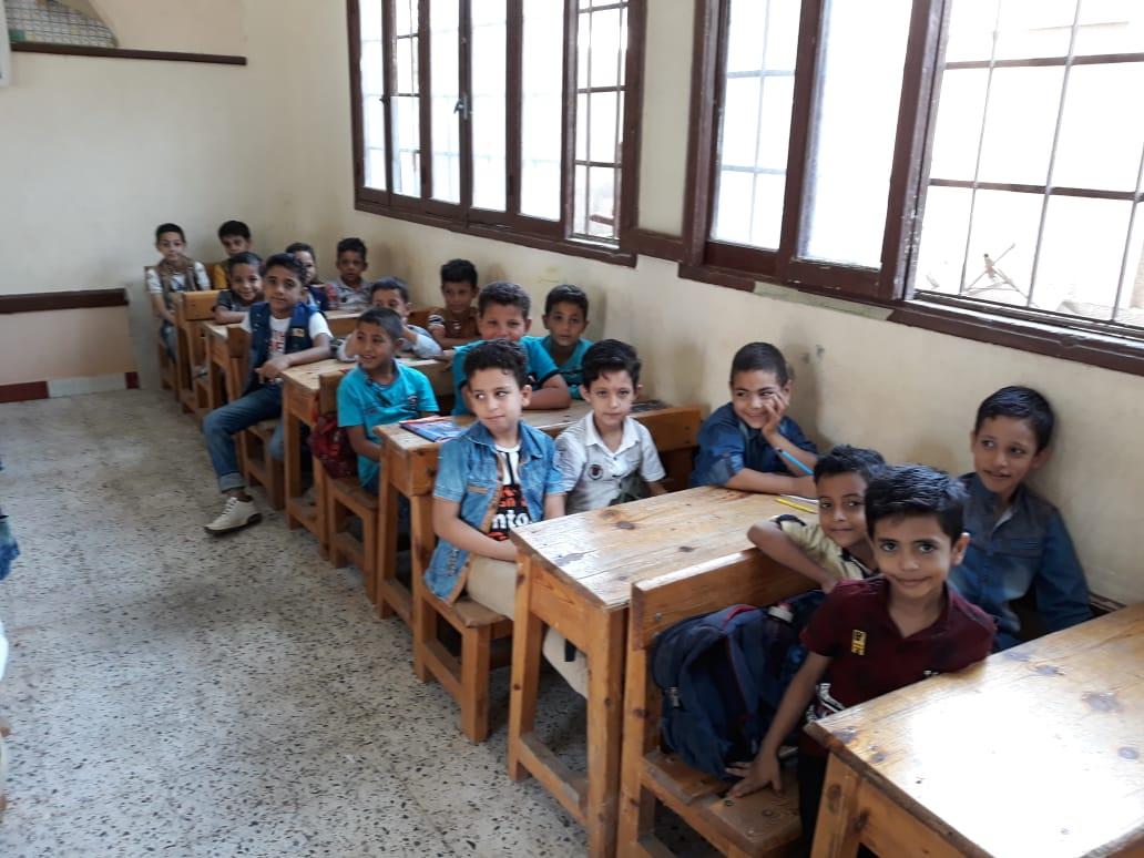 جانب من استقبال الطلاب بالمدارس (18)