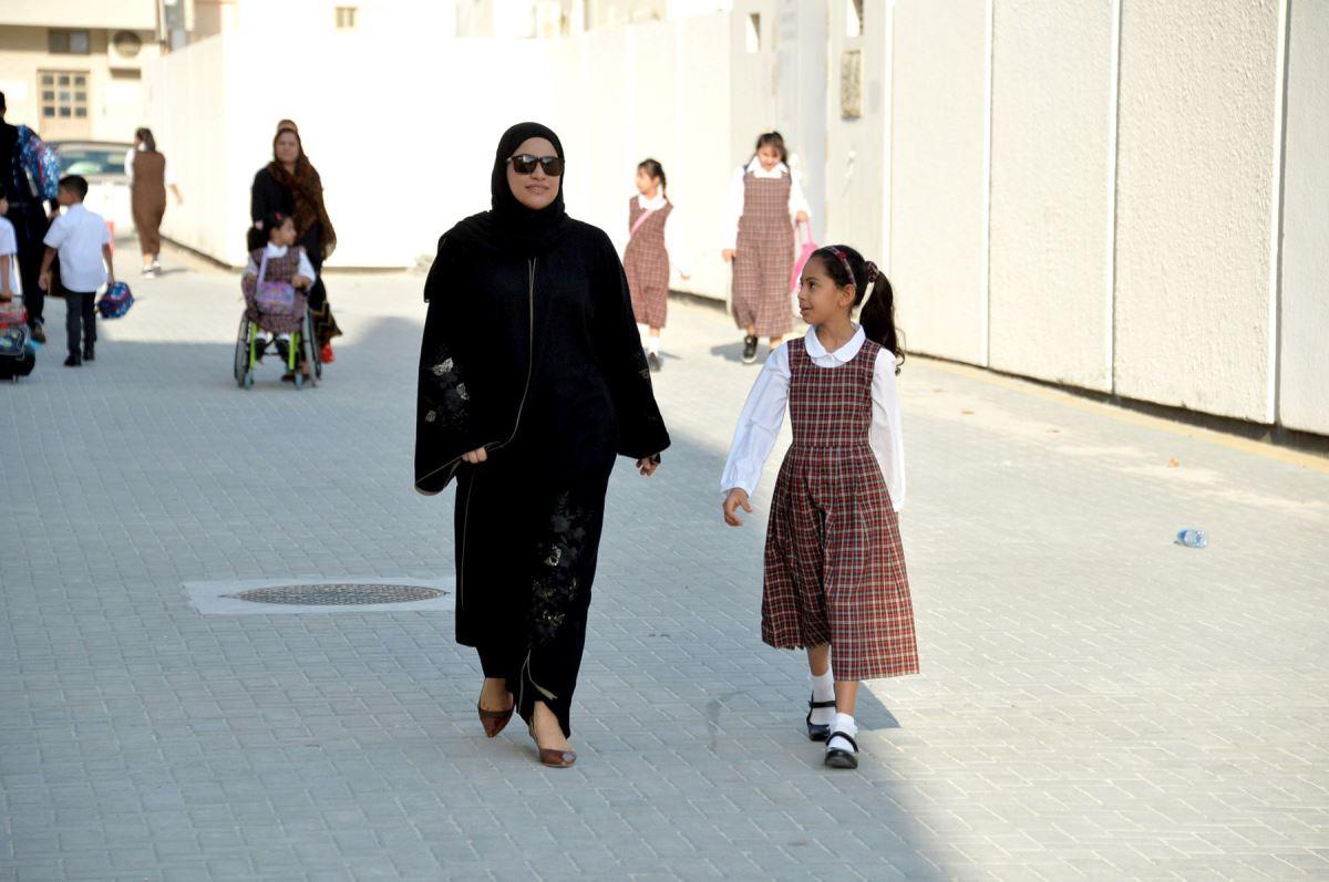 ولية أمر توصل إبنتها إلى المدرسة