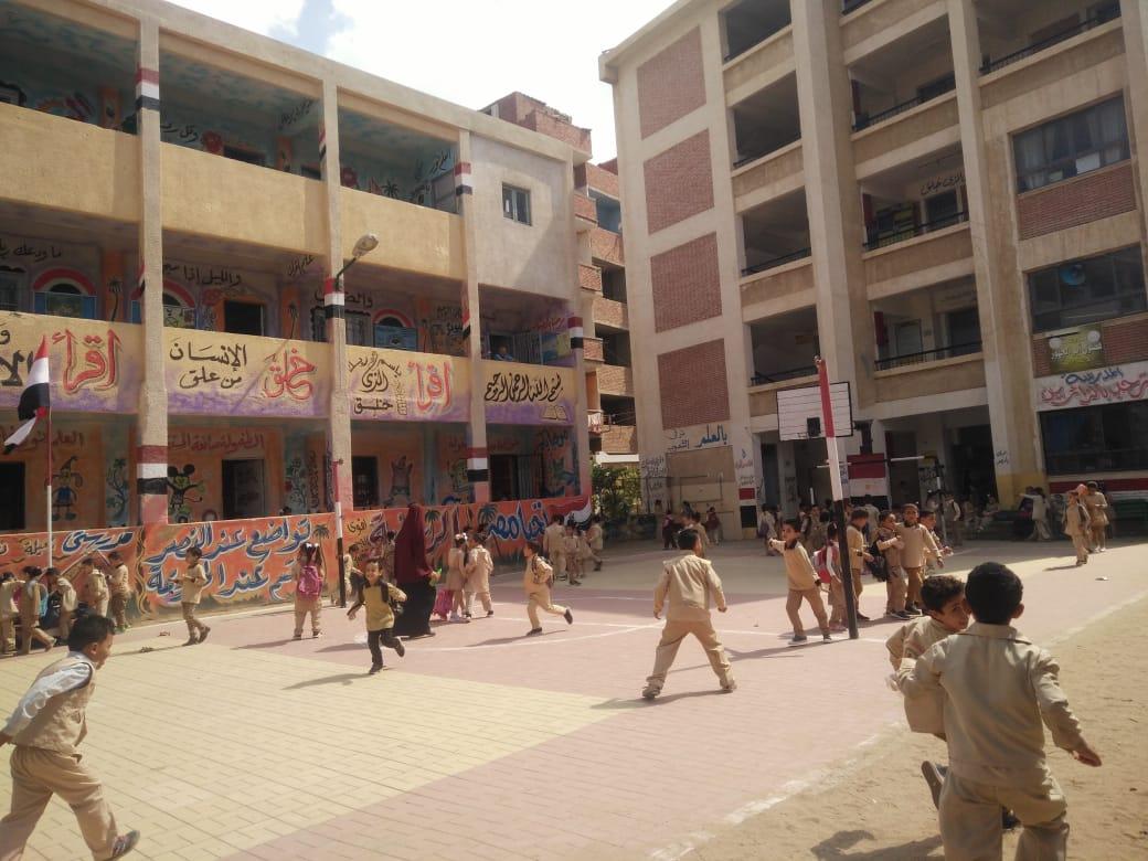 جانب من استقبال الطلاب بالمدارس (33)