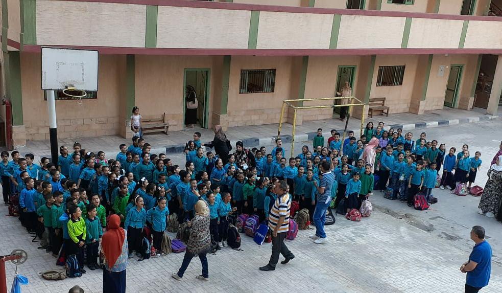 جانب من استقبال الطلاب بالمدارس (2)