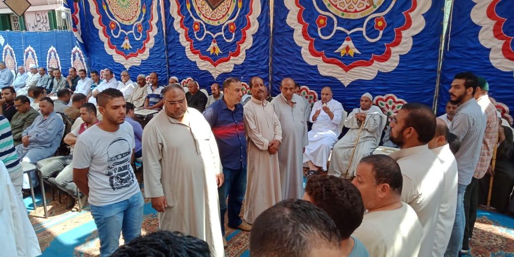 أسرة الدكتور ابو بكر عبد المنعم تتلقى عزاءه بمسقط رأسه بكفر شكر (2)