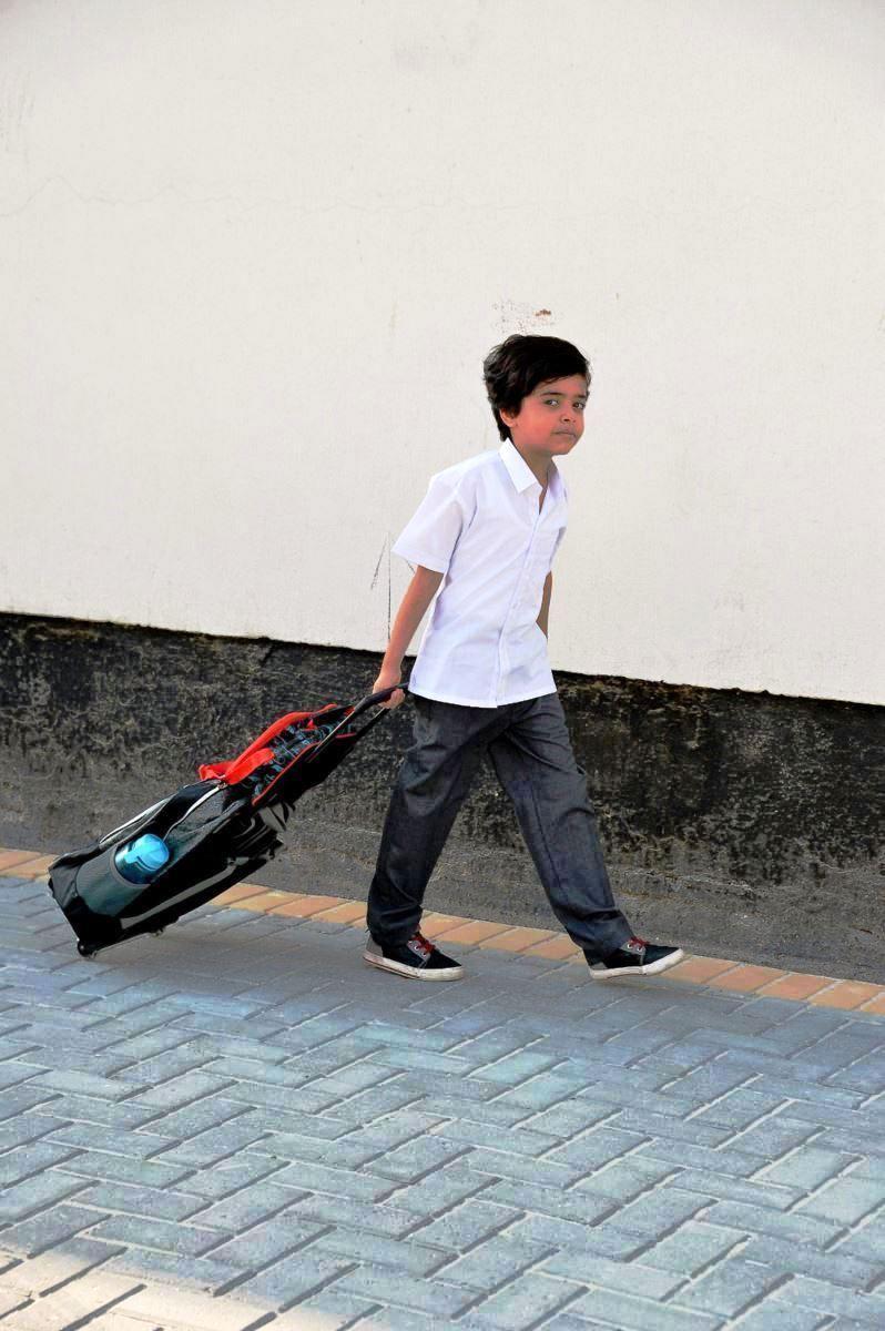 طالب فى طريقه للمدرسة