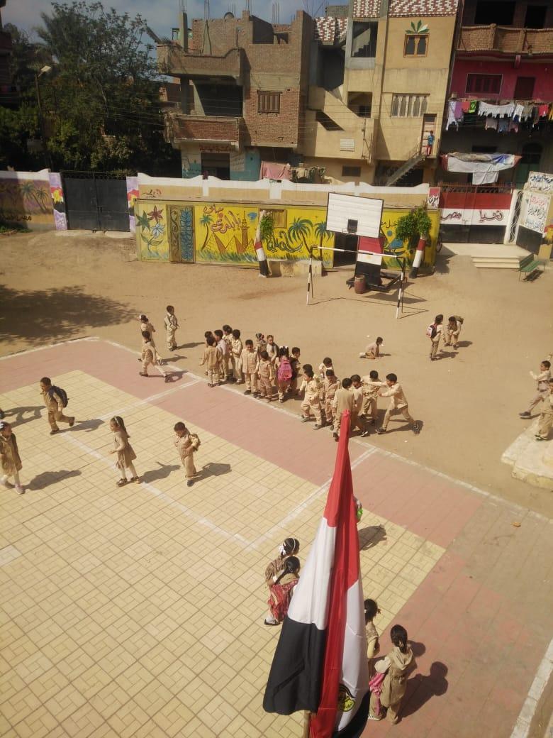 جانب من استقبال الطلاب بالمدارس (45)