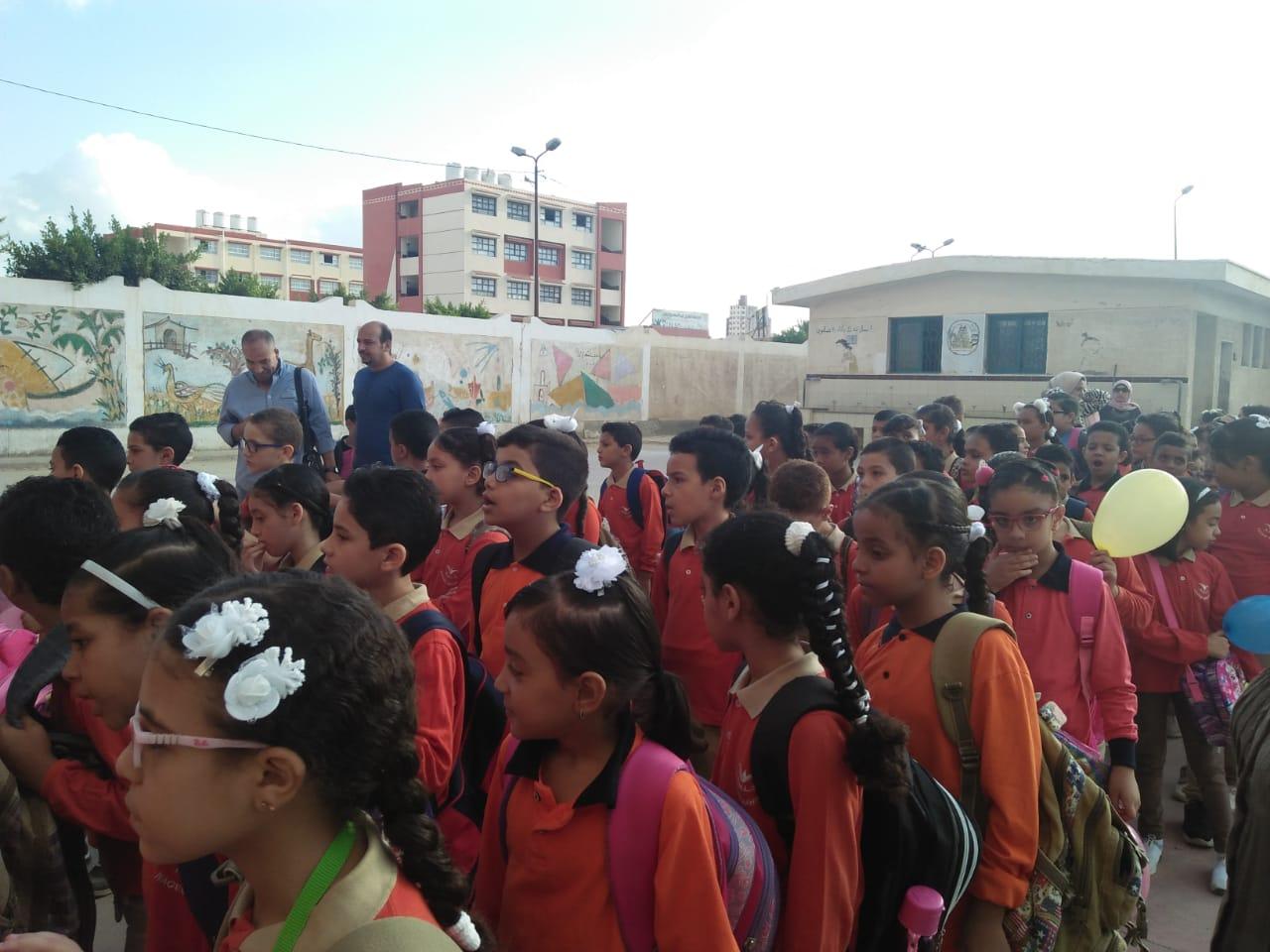 جانب من استقبال الطلاب بالمدارس (4)