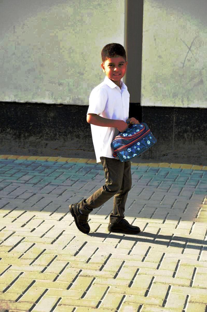 طالب يحمل حقيبته المدرسية