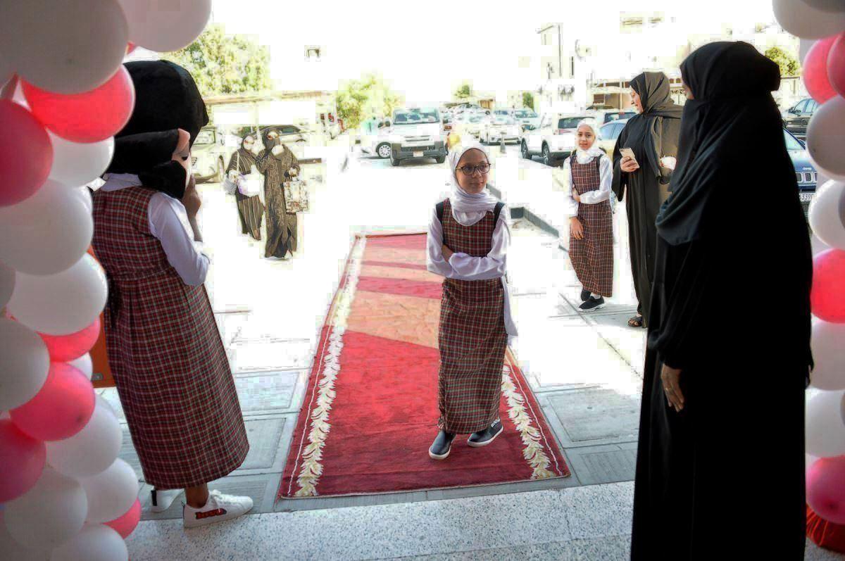 استقبال الطالبات بالبلالين فى اول أيام الدراسة