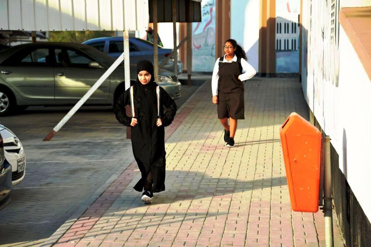طالبتين فى طريقهن للمدرسة