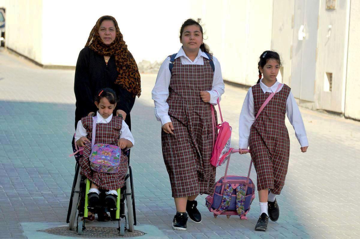 طالبات فى طريقهم لمدرستهم