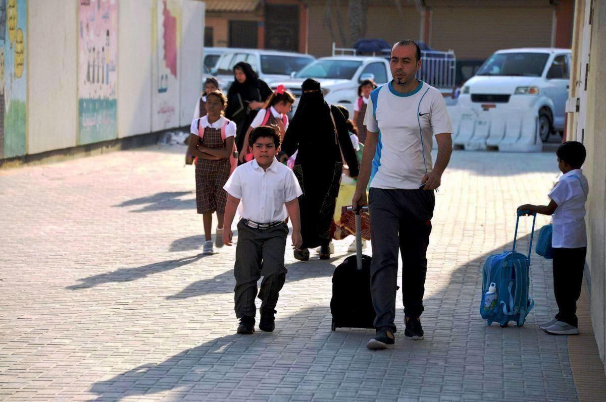 أولياء الامور يوصلون أبنائهم للمدارس