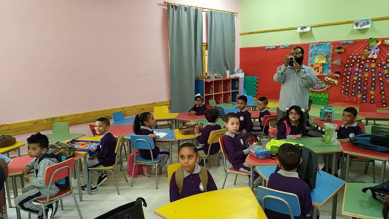 التلاميذ ينتظروا معلمتهم لشرح أول درس لهم