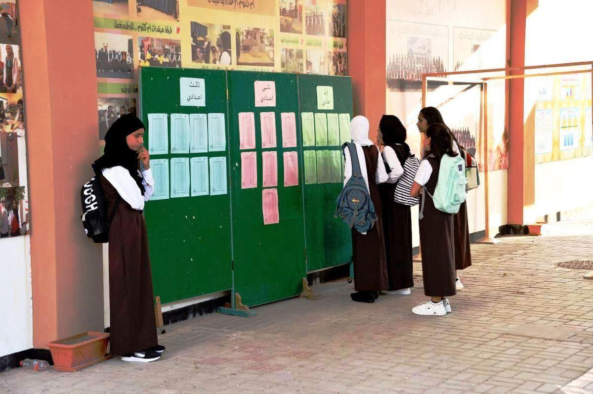الطالبات يطالعون جدول الحصص المدرسية