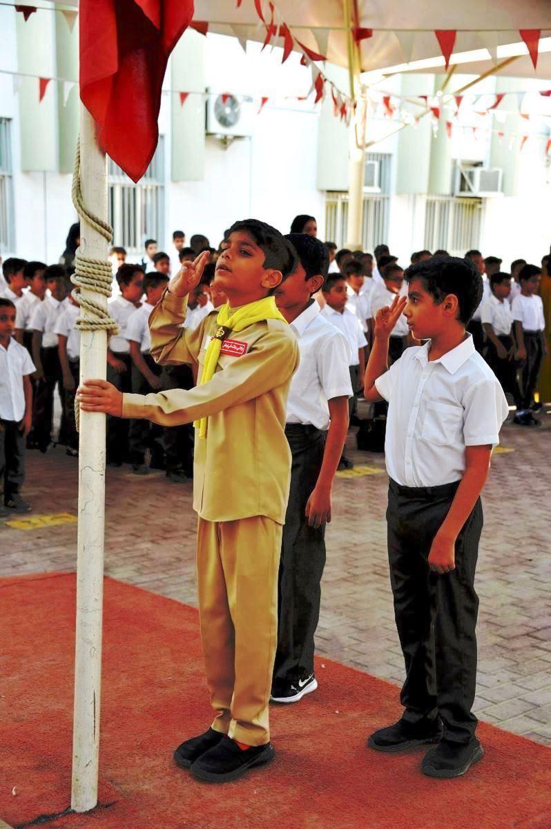 الطلاب يحيون علم دولة البحرين