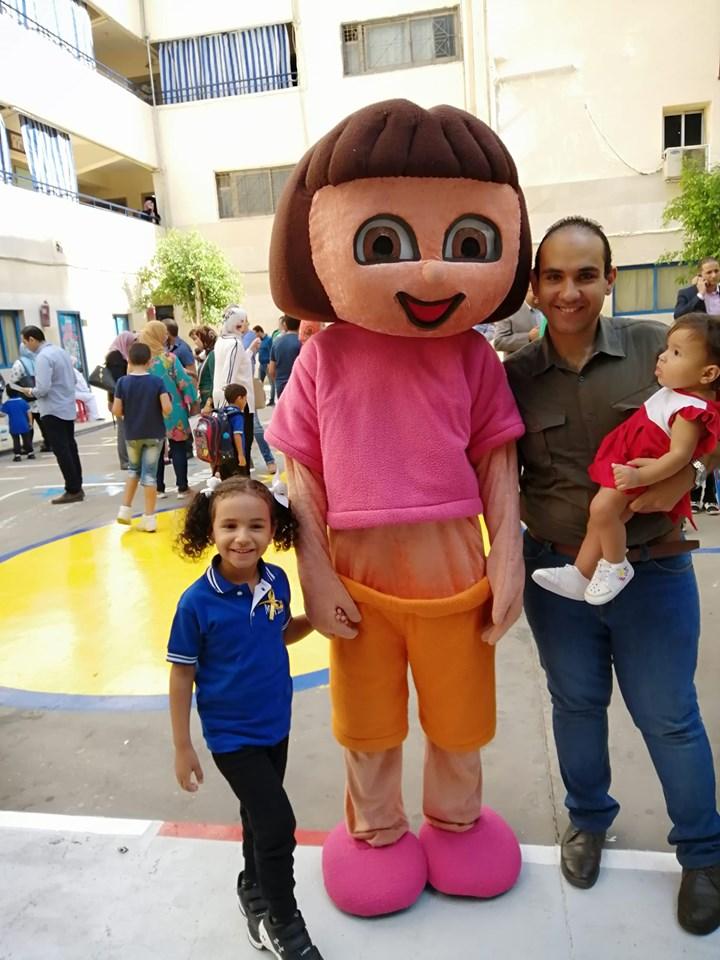 الاب مع بناته اول يوم مدرسة