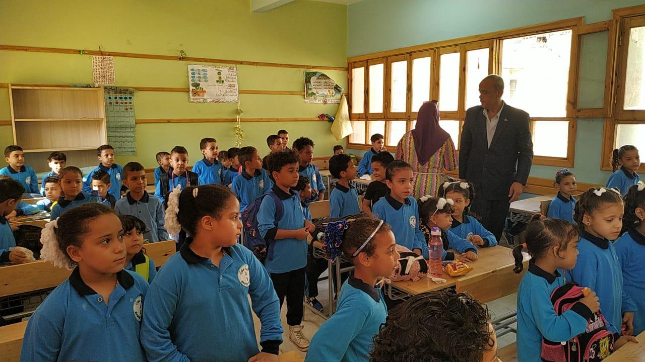 المعلمين يتابعون تسكين التلاميذ فى أول ايام الدراسة