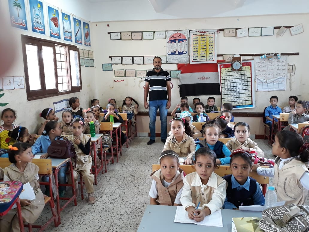 جانب من استقبال الطلاب بالمدارس (19)