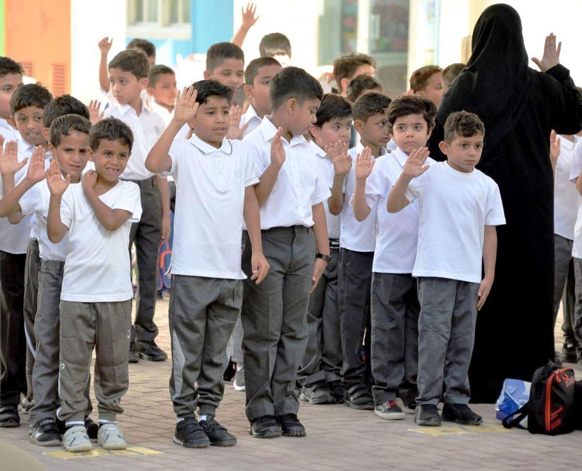 الطلاب يرددون النشيد الوطنى لدولة البحرين