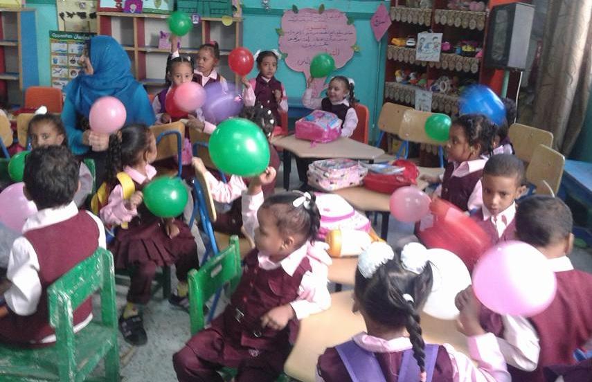 شاهد إستقبال تلاميذ الأقصر بالبالونات والهدايا والألعاب في أول أيام العام الدراسي الجديد (4)