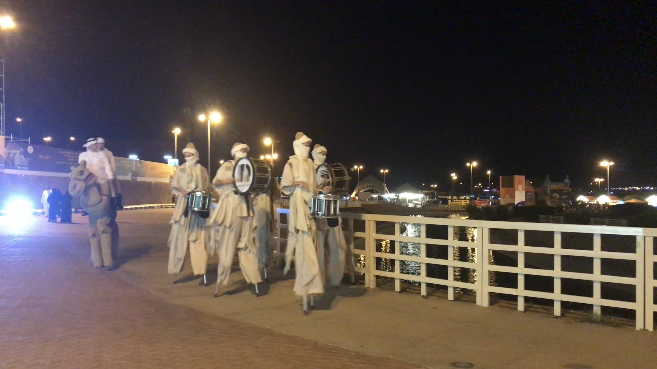استعراضات ليلية بالإبل لإسعاد الأطفال والأسر فى السعودية (4)