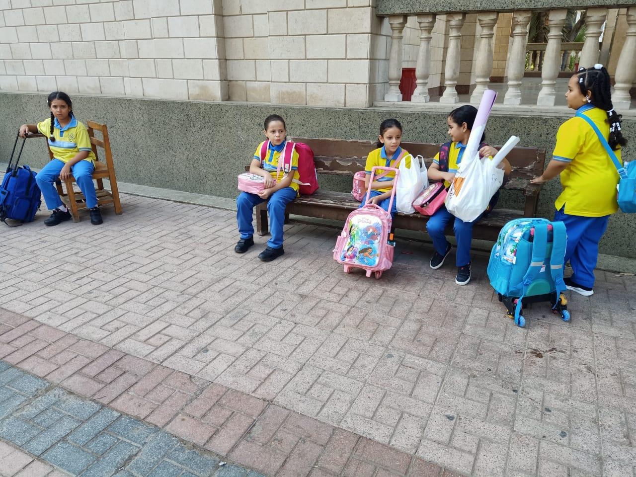 التلاميذ ينتظرون بدء دخول الفصول
