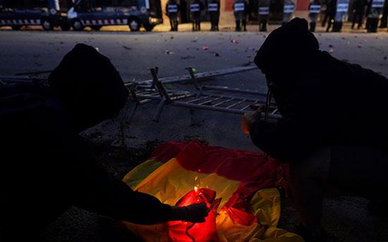متظاهرون يحرقون العلم الإسبانى