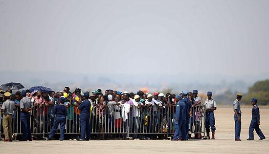 الزيمبابوين فى انتظار جثمان موجابى