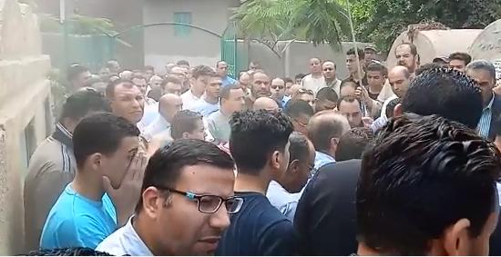 انهيار أسرة عالم الذرة المصرى أبو بكر عبد المنعم أثناء تشييع جثمانه (3)