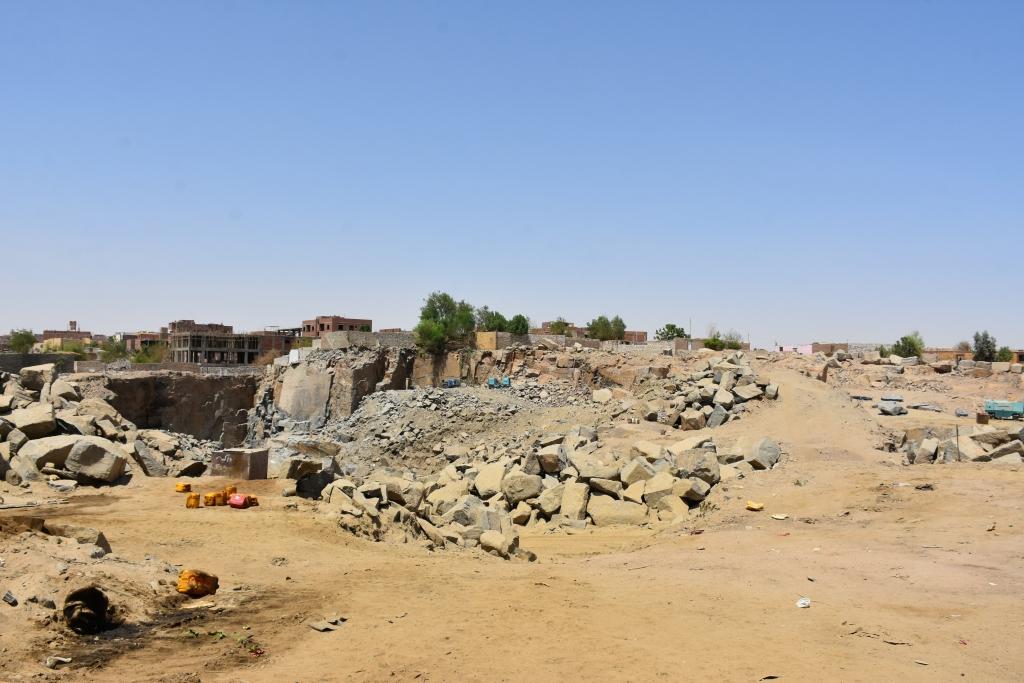 لجنة فنية تتفقد مواقع 26 محجر للجرانيت الأسود والأحمر بأسوان (1)
