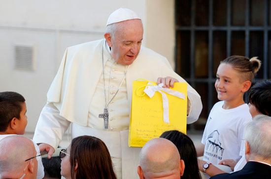 أطفال يقدمون الهدايا للبابا فرنسيس