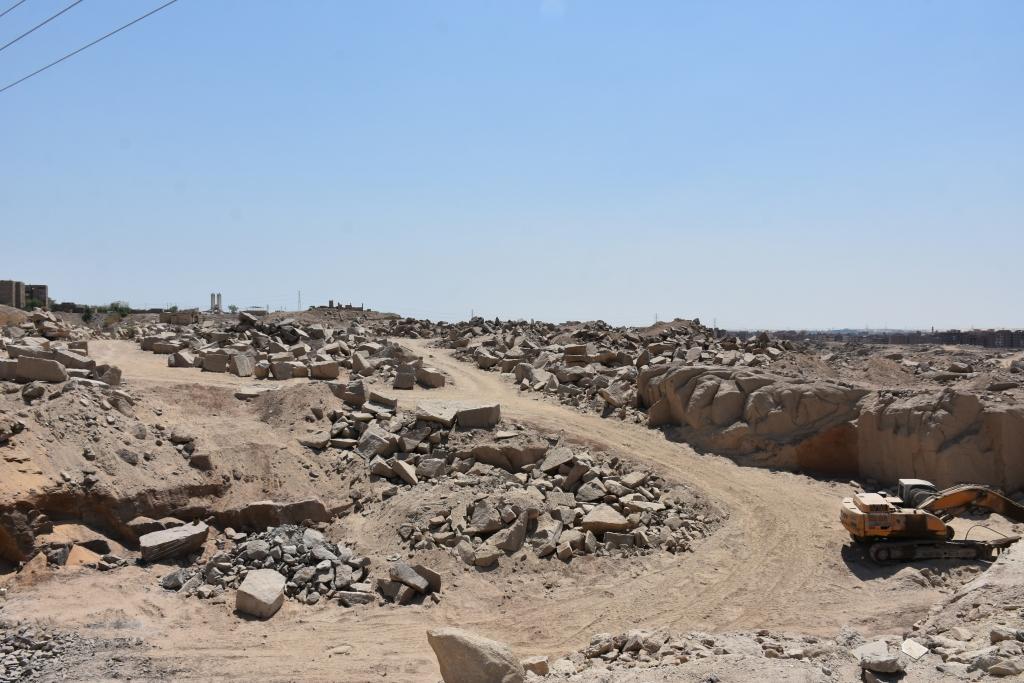 لجنة فنية تتفقد مواقع 26 محجر للجرانيت الأسود والأحمر بأسوان (8)