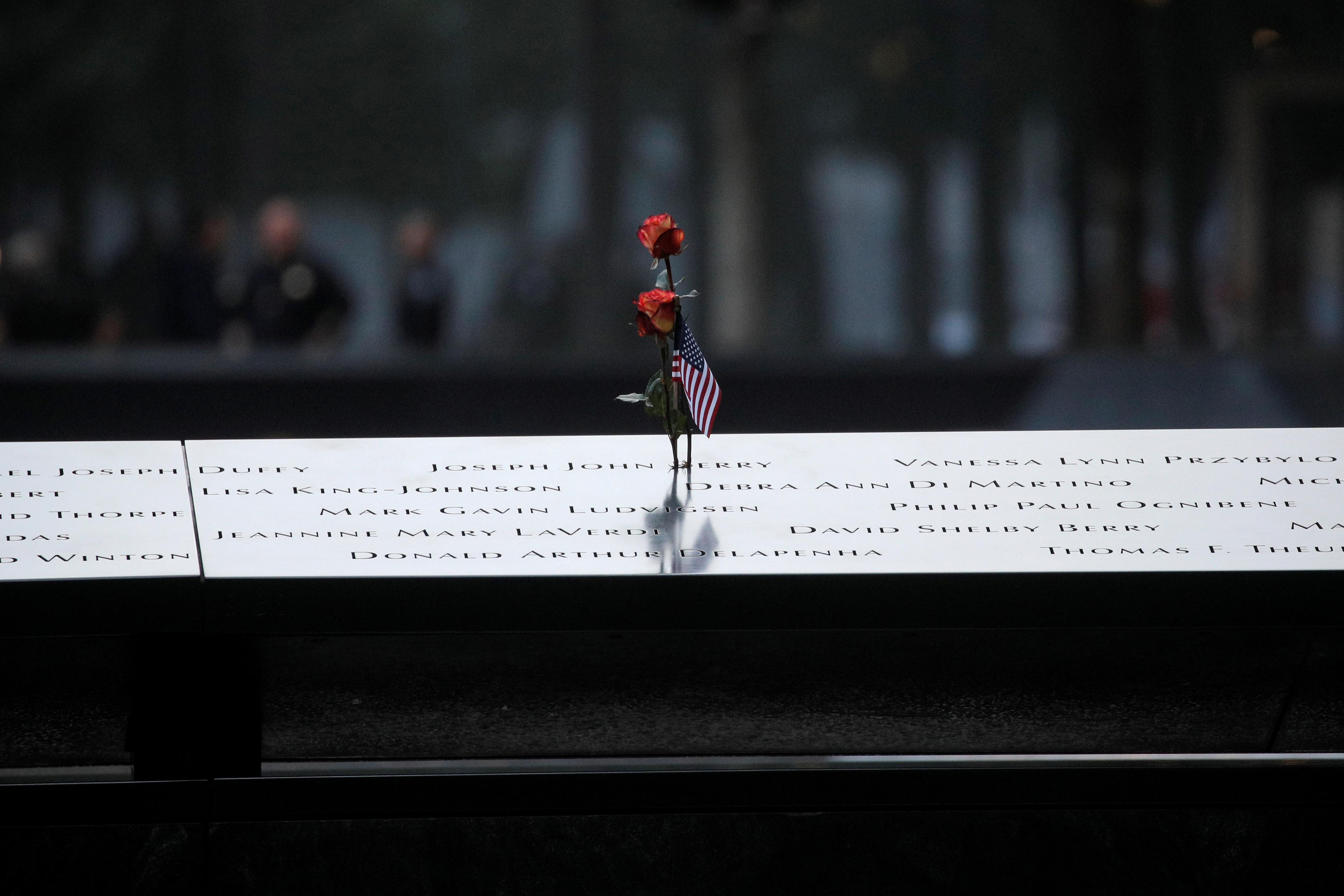 وردة بالقرب من النصب التذكارى لضحايا الهجوم