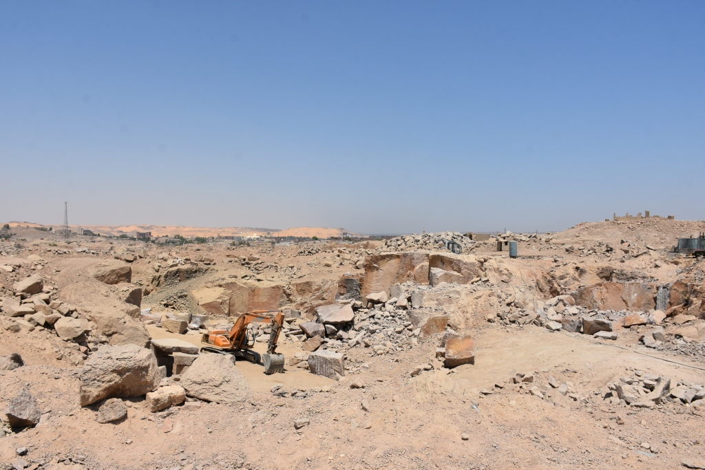 لجنة فنية تتفقد مواقع 26 محجر للجرانيت الأسود والأحمر بأسوان (2)
