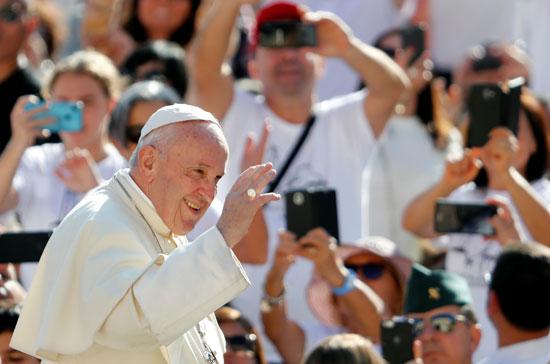 البابا يلوح لمستقبليه