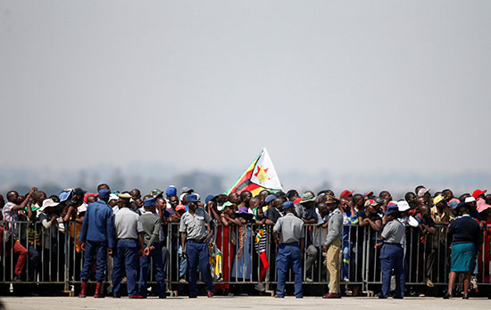 المئات من شعب زيمبابوى فى استقبال جثمان موجابى
