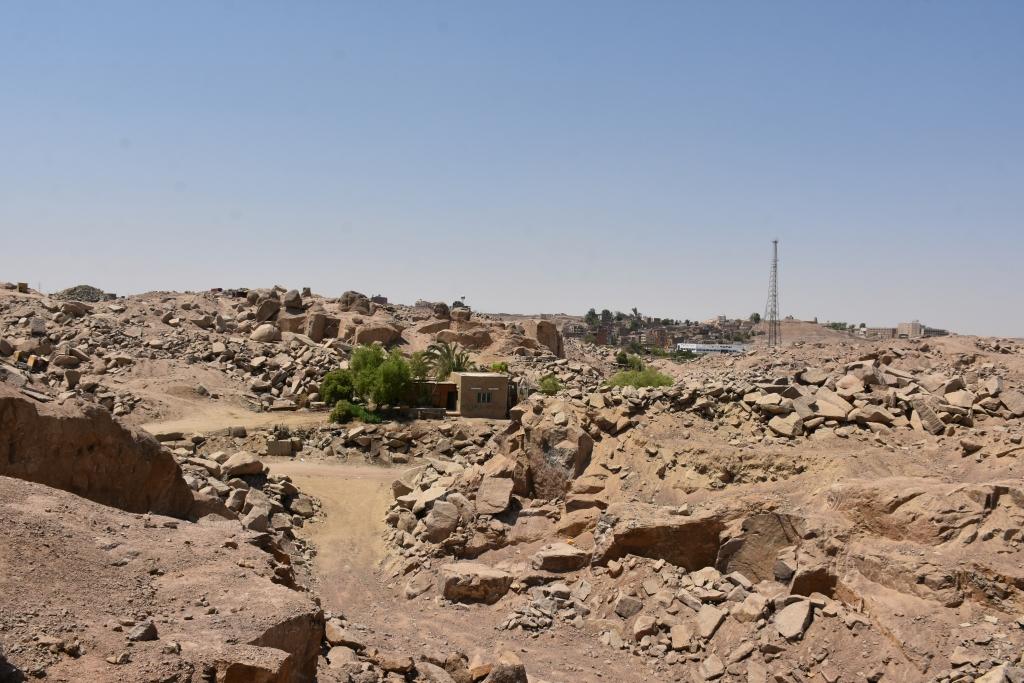 لجنة فنية تتفقد مواقع 26 محجر للجرانيت الأسود والأحمر بأسوان (4)