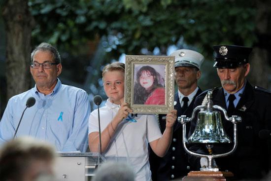 مواطنون يرفعون بعض صور الضحايا