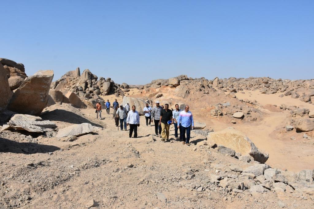 لجنة فنية تتفقد مواقع 26 محجر للجرانيت الأسود والأحمر بأسوان (10)