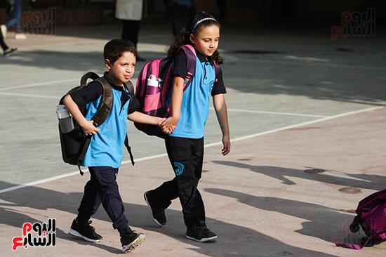 اخ واخته اثناء دخولهم المدرسة