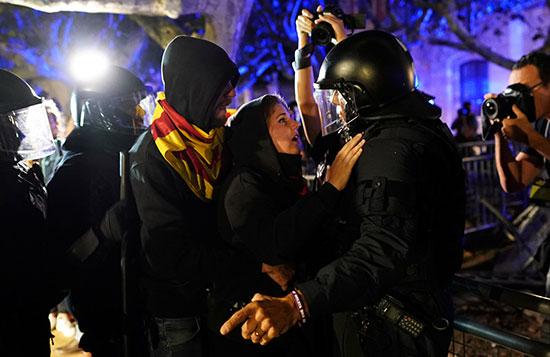 متظاهرة فى نقاش مع رجل شرطة