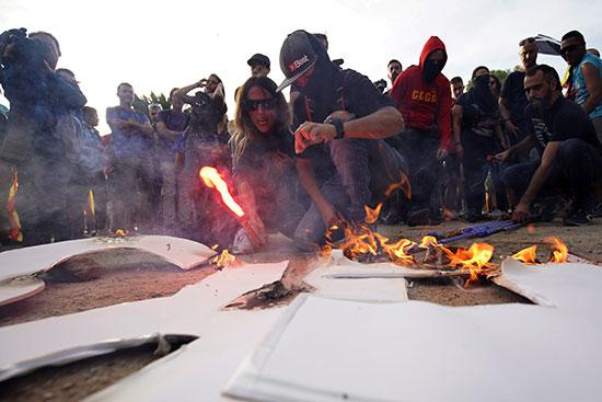 متظاهرون يشعلون النيران فى البنرات