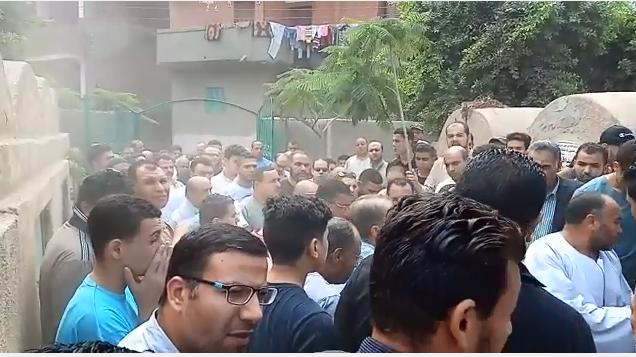 انهيار أسرة عالم الذرة المصرى أبو بكر عبد المنعم أثناء تشييع جثمانه (4)