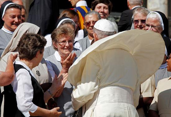 البابا يرحب بإحدى الأسر