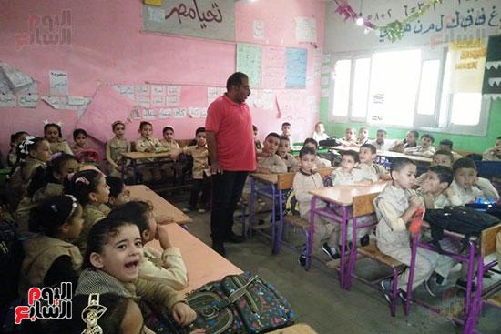 توزيع بالونات وهدايا وألعاب فى أول يوم دراسى (75)