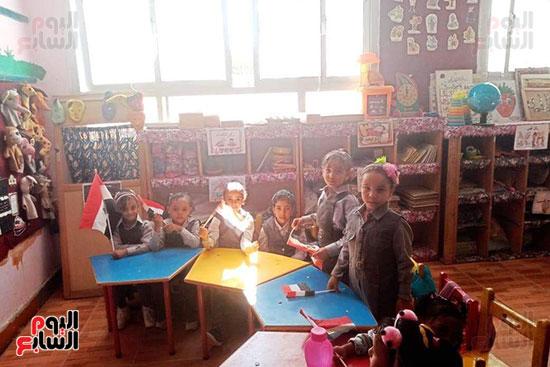 توزيع بالونات وهدايا وألعاب فى أول يوم دراسى (61)