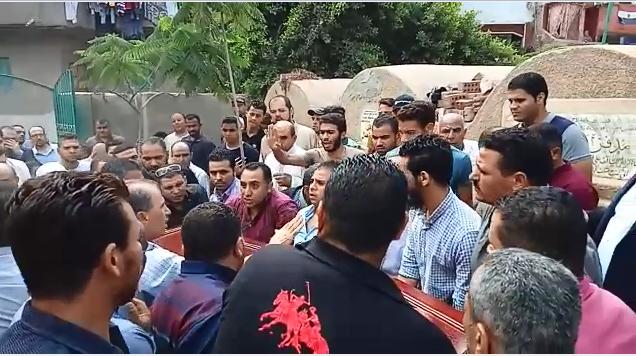 انهيار أسرة عالم الذرة المصرى أبو بكر عبد المنعم أثناء تشييع جثمانه (2)