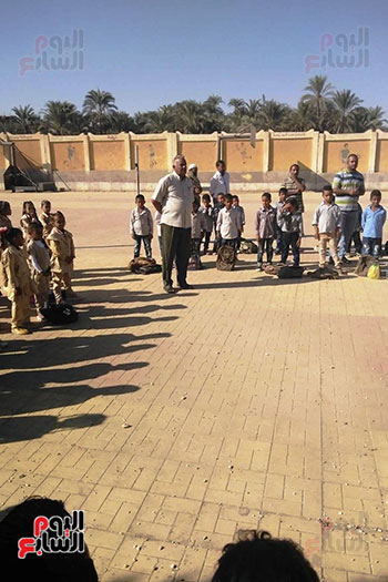 توزيع بالونات وهدايا وألعاب فى أول يوم دراسى (33)