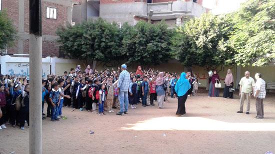 استقبال الطلاب اول يوم دارسه فى المنوفيه (1)