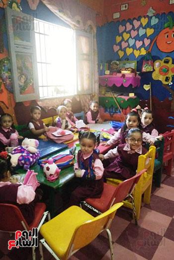توزيع بالونات وهدايا وألعاب فى أول يوم دراسى (18)