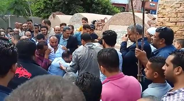 انهيار أسرة عالم الذرة المصرى أبو بكر عبد المنعم أثناء تشييع جثمانه