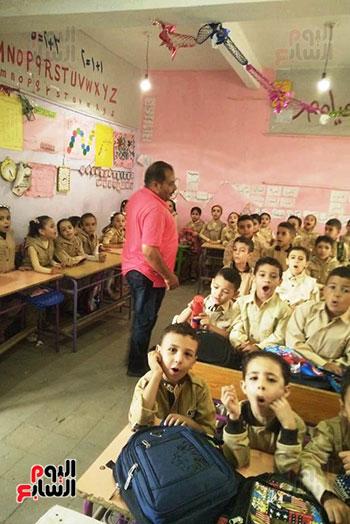 توزيع بالونات وهدايا وألعاب فى أول يوم دراسى (14)