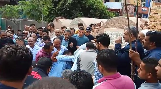 انهيار أسرة عالم الذرة المصرى أبو بكر عبد المنعم أثناء تشييع جثمانه (5)